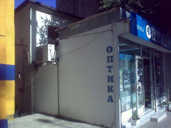 едноетажна сграда с изба, в УПИ VIII, кв. 124, целият с площ 169,00 кв.м.