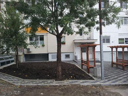 Благоустрояване предблоково пространство, ж.к. Славейков, бл.76 - след